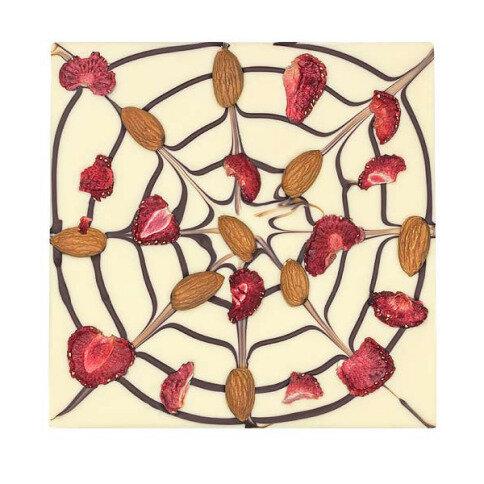 ChocoQuadrat 'Spinnennetz' mit Erdbeeren, Mandeln