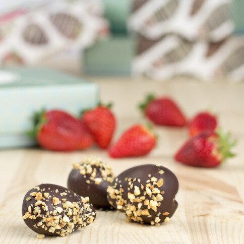 erdbeeren in zartbitterschokolade mit mandeln frische erdbeeren in schokolade. Black Bedroom Furniture Sets. Home Design Ideas