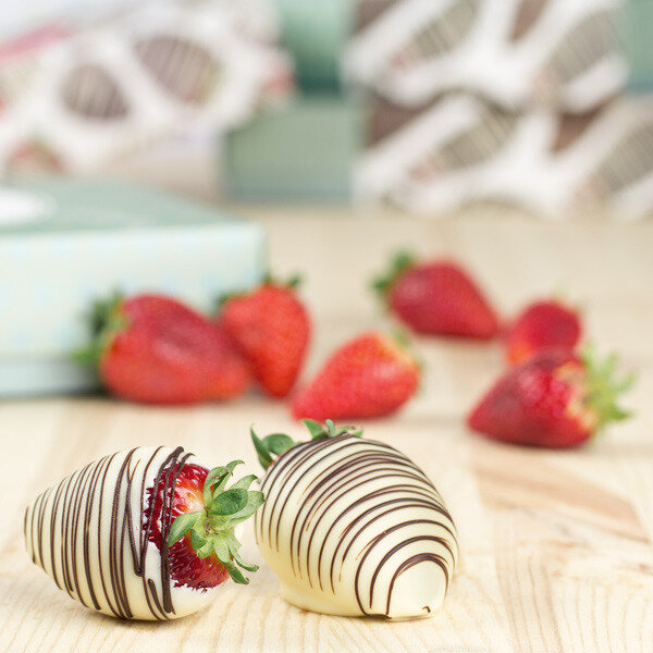 erdbeeren in wei er schokolade frische fr chte in schokolade. Black Bedroom Furniture Sets. Home Design Ideas